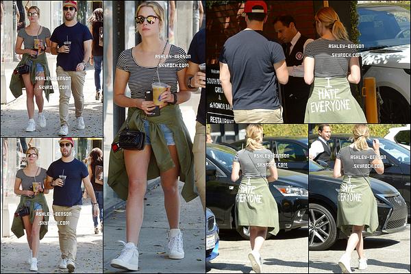 16/03/16 : Ashley et Isak Rappaport ont été à un café afin d'y acheter leur boisson glacée, dans Beverly Hills. J'aime bien la tenue d'Ashley, qui fait très décontractée. Il nous manque seulement un petit sourire et tout aurait été parfait. Vos avis ?[/font=Arial]