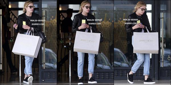 20/03/16 : Ashley a été aperçue à la sortie du Barneys où elle a fait quelques achats, dans Los Angeles. Le noir prime encore une nouvelle fois dans sa tenue. Mais au moins, elle a fait un effort pour le pantalon. Quels sont vos avis ?[/font=Arial]