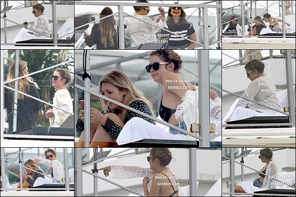 28/01/16 : Miss Benson et sa bande de copines ont été aperçues par les paparazzis sur un yacht à Miami. Ashley ne semblait pas ravie de les voir d'ailleurs. Ca se comprend, elle aimerait profiter de ses vacances... Allez Benson, courage ![/font=Arial]