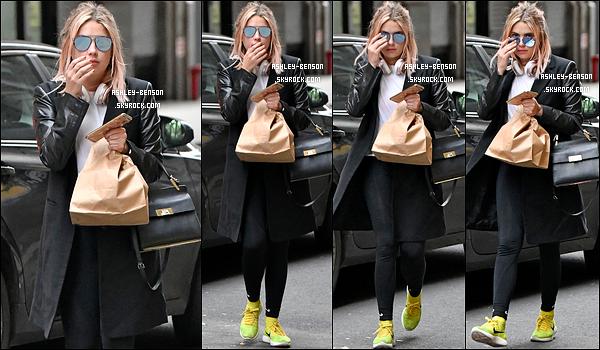 27/01/17 : Ashley a été aperçue en pleine balade dans les rues de New York City après sa séance de sport. Elle en a également profité pour s'acheter de quoi manger. Et on constate qu'elle ne porte pas une tenue qui la grossit... Un top ![/font=Arial]
