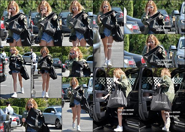 17/03/16 : La belle blondie a été aperçue en train de se balader après avoir fait du shopping dans Beverly Hills. Enfin une tenue de saison ! J'adore sa veste verte, elle lui va bien. On voit que la miss a fait un effort et on s'en réjouit ! Un beau top.[/font=Arial]
