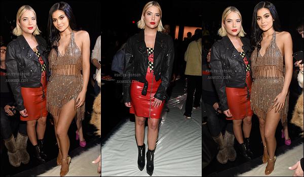 11/02/17 : Ashley a assisté au défilé de la collection de Jeremy Scott, durant la Fashion Week de New York. Pour le coup, l'actrice portait une belle robe rouge, accompagnée d'une veste en cuire noire. J'adore cet ensemble, ça fait très rock.[/font=Arial]