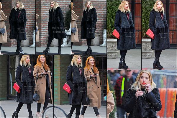 20/02/16 : Baby Benson et une de ses amies ont été aperçues en pleine balade dans les rues de New York. J'aime beaucoup la tenue qu'elle porte, c'est noir mais ça colle à son style. C'est donc un beau top que je lui attribue là. Et vous ?[/font=Arial]