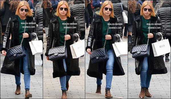 15/02/17 : Miss Benson et une amie ont été aperçues en pleine séance shopping dans les rues de New York. Enfin une sortie de la belle ! Concernant la tenue, elle est plutôt sympa sauf le manteau qui est un peu long, vous ne trouvez pas ?[/font=Arial]