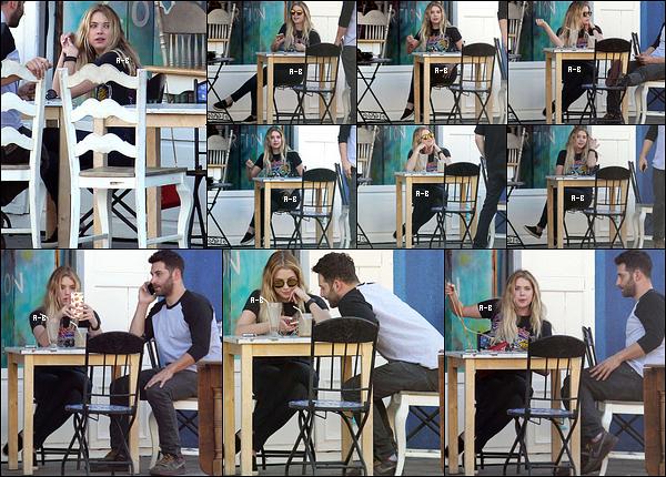 16/02/16 : Queen Ashley et un de ses amis ont été aperçus à la terrasse d'un café, dans West Hollywood. La belle ne semblait pas apprécier la présence des paparazzis, ce qui se comprend. Mais j'aime sa tenue, un top ! Et pour vous ?[/font=Arial]