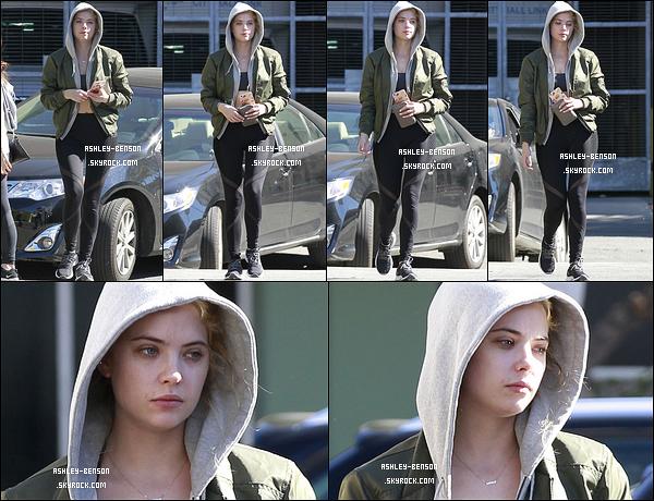 07/02/16 : Notre blondinette préférée a été aperçue se promenant seule dans les rues de West Hollywood. Toujours un café glacé en mains. Concernant la tenue, c'est une de sport donc il n'y a rien à dire là-dessus... Qu'en pensez-vous ?[/font=Arial]