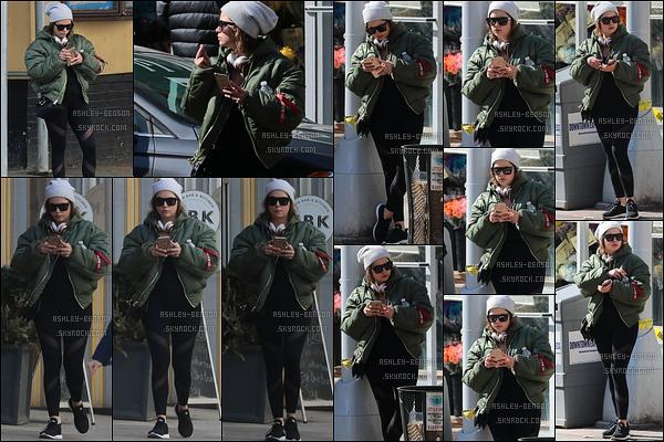 28/02/17 : Miss Benson a été aperçue dans les rues de New York City, après avoir été faire sa séance de sport. Elle en a profité pour acheter sa boisson glacée. Par contre, c'est quoi encore cette tenue qui la grossit de ouf ? C'est pas possible là...[/font=Arial]