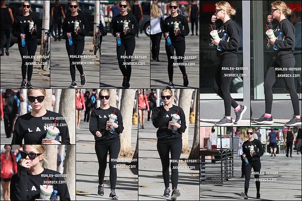 08/02/16 : Notre blondinette préférée a été aperçue se promenant seule dans les rues de West Hollywood. Toujours un café glacé en mains. Concernant la tenue, c'est une de sport donc il n'y a rien à dire là-dessus... Qu'en pensez-vous ?[/font=Arial]