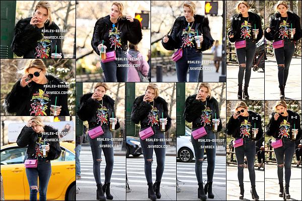 09/03/17 : Miss Benson a été aperçue dans les rues de New York City, après avoir été acheter un café glacé. Notre petite fashionista est de retour dans le game. J'adore la tenue qu'elle porte, elle lui va tellement bien. Un top selon moi. Avis ?[/font=Arial]