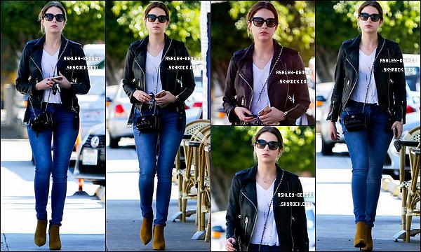 25/01/16 : Ashley B. a été aperçue, toute seule, alors qu'elle se promenait dans les rues de de Los Angeles. Malheureusement pour nous, l'actrice ne décroche pas de sourire face aux paparazzis. Pour sa tenue, j'aime sauf les chaussures.[/font=Arial]