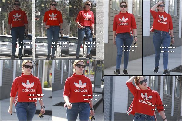 19/03/17 : La belle Ashley a été aperçue quittant un spa afin de regagner son véhicule, dans Los Angeles. Enfin une sortie d'Ashley depuis son retour à Los Angeles. Et elle nous gâte en portant de la couleur. Franchement, un beau top ![/font=Arial]