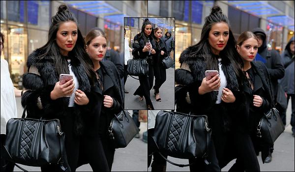 12/01/16 : Ashley, et ses co-stars de PLL ont été aperçues devant les studios de Good Morning America. (NY) Aucun repos pour les filles qui doivent assurer la promotion de leur série. Autant de sorties en une journée, ça doit être très épuisant ![/font=Arial]