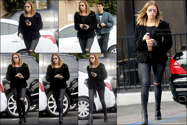 14/01/16 : C'est dans l'après-midi qu'Ashley s'est rendue au Coffee Bean, dans les rues de Los Angeles Je suis absolument fan de la tenue d'Ashley et plus particulièrement de son manteau. C'est un look que j'adopterai sans problème ![/font=Arial]