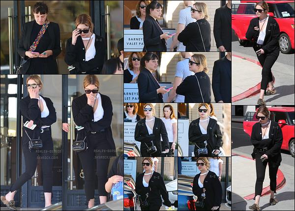 29/03/17 : Ashley et une amie ont été aperçues quittant le « Barney's », une boutique située à Los Angeles. Et c'est encore dans une tenue composée de noir qu'on retrouve Ashley. Décidément, elle ne veut pas porter autre chose. Un bof ![/font=Arial]