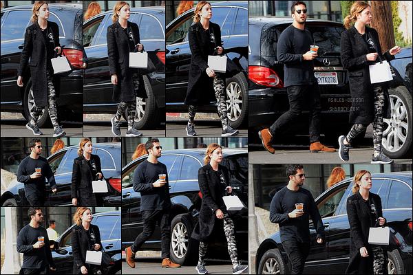 22/01/16 : Ashley et Izak Rappaport ont été aperçus se rendant au Cafe Alfred, dans les rues de Los Angeles. C'est sans surprise qu'Ashley a opté pour une tenue noir. Dommage qu'elle ne se décide pas à porter de la couleur, mais bon ! Petit top.[/font=Arial]