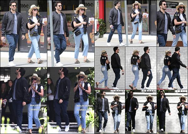 09/04/17 : Hier, Ashley et son ami Izak ont été aperçus en pleine balade dans les rues de West Hollywood. Juste avant, ils s'étaient rendus au Chateau Marmont. Et on a enfin une tenue non composée de noire ! Un beau top pour la miss.[/font=Arial]