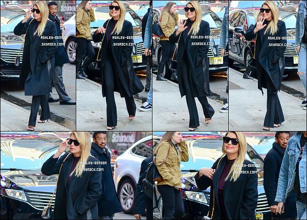 18/04/17 : Ashley a été vue en train de se rendre dans les locaux de Good Morning America, à New York. C'est très tôt ce matin que toutes nos Liars se sont rendues sur le plateau de cette émission. Aimez-vous sa tenue ? Moi oui, beaucoup ![/font=Arial]