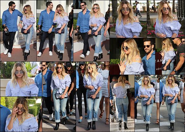 21/05/17 : Miss Benson et ses amis se sont baladés sur la Croisette avant de rejoindre leur hôtel, à Cannes. Retour dans ses quartiers afin de changer de tenue pour assister à un événement. Quel plaisir de la voir si souriante et si belle ![/font=Arial]