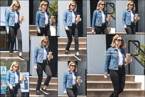 10/04/17 : Blondie a été photographiée quittant un café après s'être achetée sa boisson glacée, à Los Angeles. Nouvelle au top pour notre actrice. D'ailleurs, c'est une tenue que moi-même je porte au quotidien. Continue comme ça la miss. Un top ![/font=Arial]