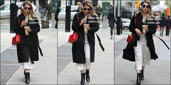 19/04/17 : Blondinette a été photographiée à la sortie d'un Starbucks dans Midtown un quartier de New York. Ashley est très jolie. Mais si j'avais été elle, j'aurai privilégié un manteau moins long, car on ne voit pas très bien sa tenue en-dessous.[/font=Arial]