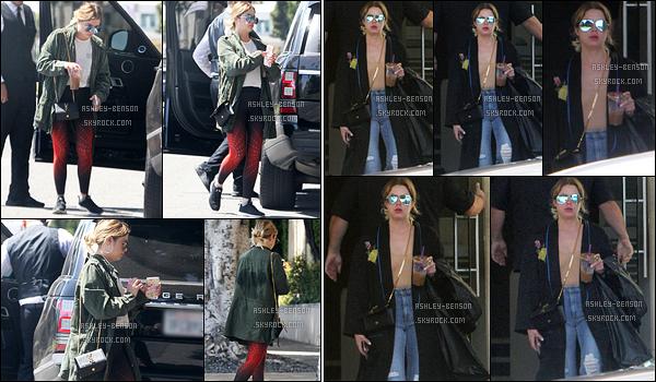 13/04/17 : Ash a été aperçue se baladant dans les rues de Los Angeles après avoir acheté sa boisson glacée. Je n'aime pas trop l'association du legging rouge avec le manteau kaki. Mais au moins, elle porte de la couleur. Qu'en pensez-vous ?[/font=Arial]