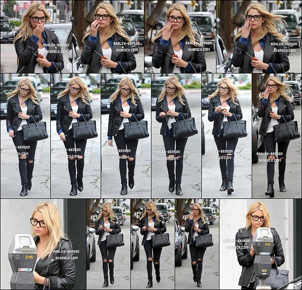 25/03/14 : Ashley avait été aperçue en compagnie de Ryan Good faisant du shopping à Marc Jacobs dans L.A. Après sa séance de shopping, Ashley n'a pas oublié de s'arrêter au parcmètre afin de regagner sa voiture. J'aime tellement sa tenue.[/font=Arial]