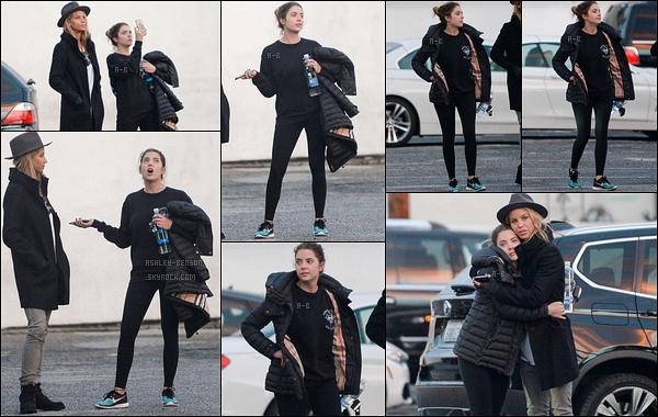 05/01/16 : Notre chère Ashley Benson et une de ses amies ont été aperçues dans les rues de West Hollywood. Première sortie de l'année et aucunes résolutions en ce qui concerne les habits. En effet, la belle porte encore du noir... Un petit bof ![/font=Arial]