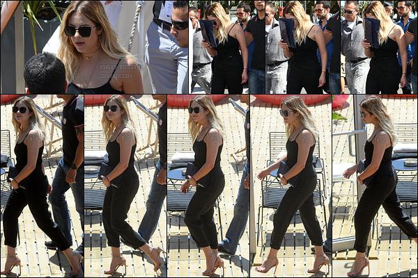 21/05/17 : Ashley a été aperçue regagnant son hôtel après un rendez-vous avec la marque L'Oréal, à Cannes. Je n'ai pas de mots pour décrire sa beauté. J'adore sa tenue même si ce n'est que du noir ! Et vous, qu'en pensez-vous ? Top ou flop ?[/font=Arial]