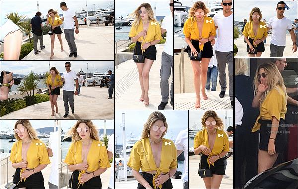 22/05/17 : Ash et ses amis ont passé une partie de l'après-midi en mer, sur un magnifique bateau, à Cannes. Pour cette sortie, Ashley a claqué le petit top jaune flashy. Je ne sais pas vous, mais moi j'adore cette tenue. Elle est juste magnifique ![/font=Arial]
