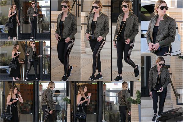 28/04/17 : Miss Benson et une de ses amies ont été aperçues quittant la boutique Barney's, dans Beverly Hills. Malheureusement, la blondinette n'a rien acheté. Concernant la tenue, il n'y a pas grand chose à dire à part que j'aime la veste. Petit top![/font=Arial]