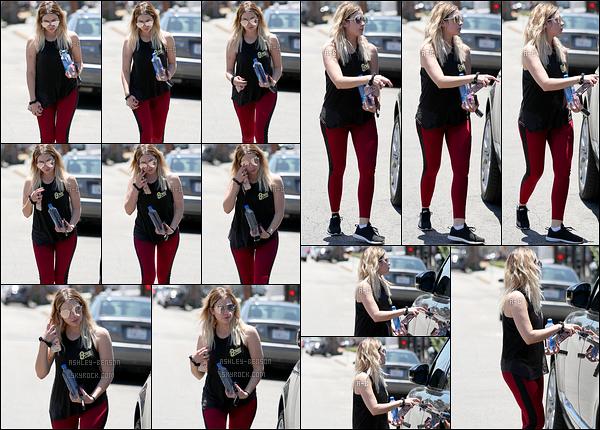 27/06/17 : Ash a été aperçue seule regagnant sa voiture après son cours de sport dans les rues Los Angeles. Ce n'est pas la sortie du siècle mais Ashley recommence peu à peu à sortir et ça fait plaisir d'avoir de ses nouvelles. J'adore son haut ![/font=Arial]