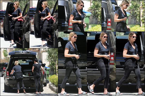 02/05/17 : Ash et une amie ont été vues déchargeant la voiture de l'actrice, dans un quartier de Beverly Hills. Cela voudrait-il qu'Ashley réenménage à Los Angeles ? Je l'espère fortement! Côté tenue, je ne suis pas fan des chaussures. Petit top![/font=Arial]