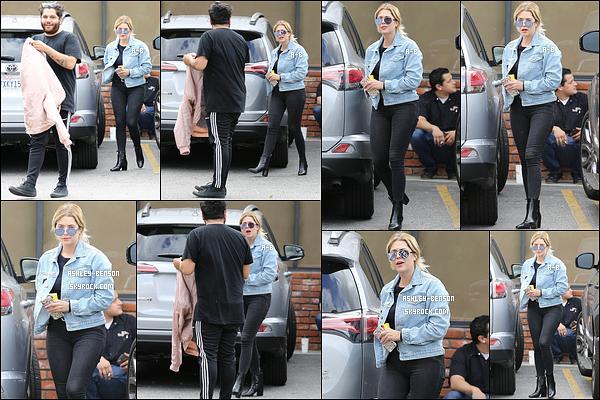 07/05/17 : Ashley et un ami ont été vus quittant un café où elle a acheté sa boisson préférée, dans Hollywood. Pour cette sortie, Ashley a opté pour du noir sans grande surprise. Heureusement qu'il y a la veste en jean pour égayer tout ça. Un top ![/font=Arial]