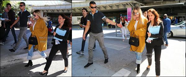 20/05/17 : Notre jolie Ashley a été repérée à l'aéroport de Nice, afin de se rendre au 70ème festival de Cannes. Comme prévu, Ashouille se rend bien au festival. Concernant la tenue, je suis fan et j'adore la voir porter de la couleur. Un top pour moi ![/font=Arial]
