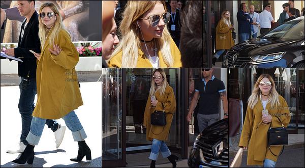 20/05/17 : Notre blondinette a été aperçue par ses fans et les paparazzis en train de quitter son hôtel, à Cannes. Je tiens encore à remercier Debra pour m'avoir envoyé des photos. Je ne vous cache que je suis un peu jalouse mais contente pour elle  ![/font=Arial]