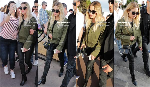 22/05/17 : Ash Benson a été aperçue par les paparazzis et par ses fans dans les rues de la belle ville de Cannes. Peu de photos pour cette sortie, mais assez pour voir sa tenue au complet. C'est à nouveau un top selon moi. Vous, vous en pensez-quoi ?[/font=Arial]