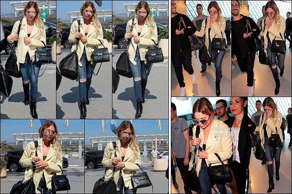 24/05/17 : Notre jolie menteuse a été repérée par les paparazzis alors qu'elle arrivait à l'aéroport de Nice. Ca y est, son séjour en France est terminé. J'adore la tenue qu'elle a décidé de porter pour le vol. Un top pour la miss ! Pour vous ?[/font=Arial]