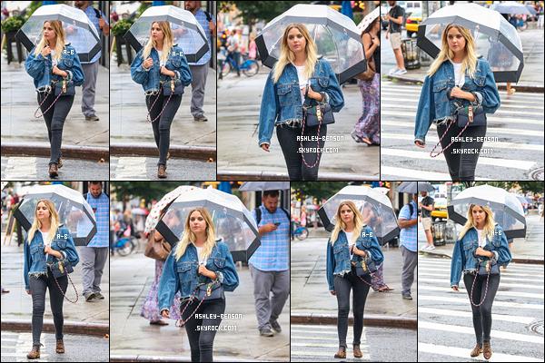 02/08/17 : Cette fois, Ashouille a été vue alors qu'elle se promenait, sous la pluie, dans les rues de New York. La belle s'accorde une petite pause dans la promotion. Malheureusement pour elle, il pleuvait à ce moment là. Mais j'adore sa tenue ![/font=Arial]