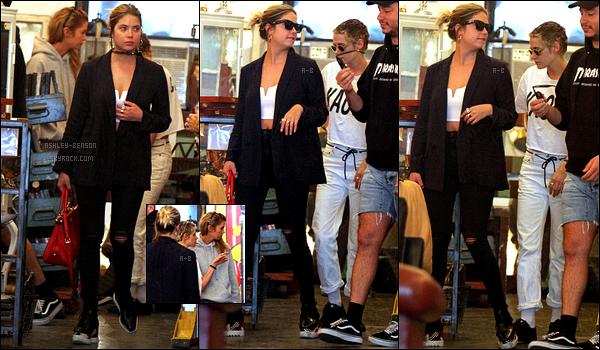 11/09/17 : Ashley a été vue en pleine séance shopping avec Kristen Stewart et Stella Maxwell, dans New York. Peu de photos sont sorties, j'espère qu'on en aura d'autre rapidement. Sinon la tenue d'Ashley reste dans son style habituel. Un top ![/font=Arial]