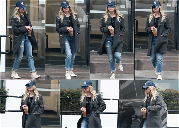 30/05/17 : Ashley, armée d'une casquette bleue, a été aperçue à la sortie du Coffee Bean, dans Los Angeles. Elle est donc de retour à Los Angeles ce qui nous réjouit. En effet, nous aurons droit à plus de sorties. J'ai trop hâte ! Plus, un top.[/font=Arial]