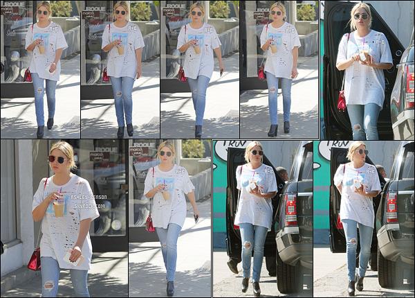 28/09/17 : Ash, de retour à Los Angeles, a été aperçue avec une amie après avoir été acheter son café glacé. Quel plaisir de la revoir à LA. Ca va nous faire un peu de sorties, j'ai déjà hâte ! Sinon j'aime beaucoup sa tenue qui change du noir ![/font=Arial]