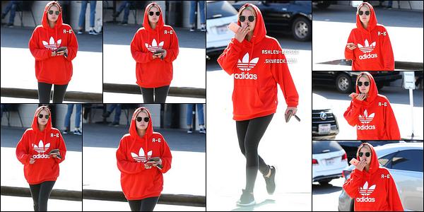 04/10/17 : Ashley a d'abord été aperçue dans les rues de Los Felitz, sûrement après s'être rendue au sport. J'aime beaucoup la robe que porte Bella, en revanche, j'aime moins son rouge à lèvre. Je le trouve trop foncé et ça ne lui va pas...[/font=Arial]