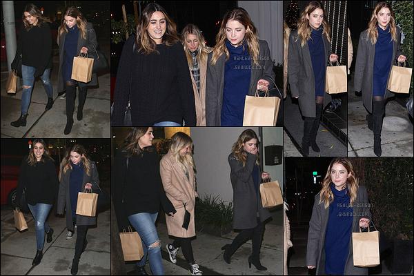 14/12/15 : Miss Benson a été aperçue dans les rues de Los Angeles, après avoir dîné avec ses amis au Craig's. La belle semblait fatiguée. Elle a dû passer une journée éprouvante. Sinon pour la tenue, j'aime beaucoup sauf le col roulé de sa robe.[/font=Arial]