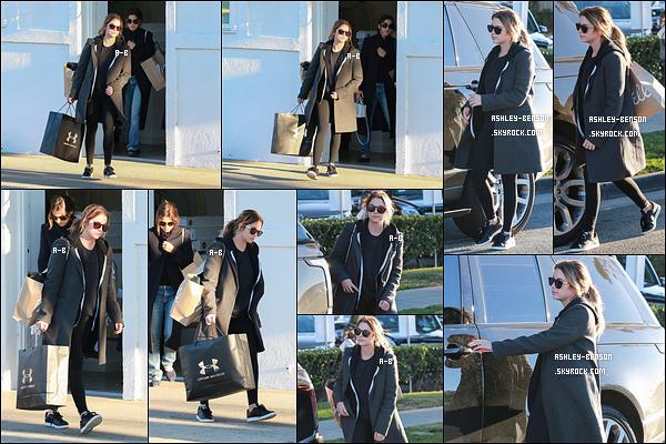14/12/15 : Ash, accompagnée d'une amie, a été vue en pleine session shopping dans les rues de Los Angeles. C'est sous un long manteau gris que nous retrouvons notre blondinette. Au passage, je le trouve très beau ce manteau. Un big top ![/font=Arial]