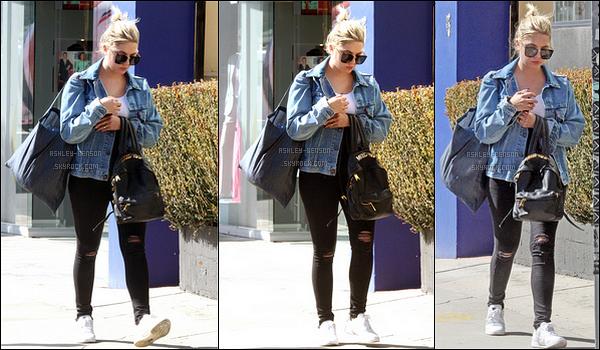 09/10/17 : Notre Ashouille adorée a été aperçue en pleine séance shopping dans les rues de Beverly Hills. Seulement trois photos de disponibles pour cette sortie. Sinon, j'aime beaucoup la tenue qu'elle porte, ça lui va bien. Beau top ![/font=Arial]