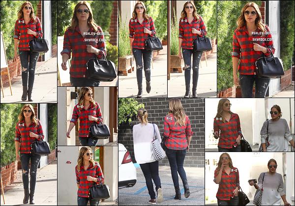 08/12/15 : Miss Benzo et une amie ont été aperçues alors qu'elles se baladaient dans les rues de Los Angeles. Ashley a enfin opté pour de la couleur et nous a sorti une très jolie chemise rouge. J'adore son look ainsi que ses cheveux. Au top ![/font=Arial]