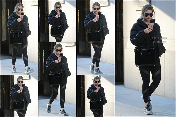 01/12/17 : C'est sans grande surprise que nous retrouvons notre chère Ashley B' dans les rues de New York. C'est encore dans une tenue de sport que nous la retrouvons. Eh oui, les fêtes approchent alors il faut se motiver. Alors vos avis ?[/font=Arial]