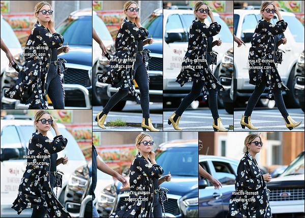 07/08/17 : Les paparazzis ont repéré notre petite menteuse alors qu'elle se baladait dans les rues de New York. Je suis fan de son kimono, que je trouve trop beau ! Par contre, je n'aime pas la couleur de ses bottines, c'est un jaune un peu spécial.[/font=Arial]