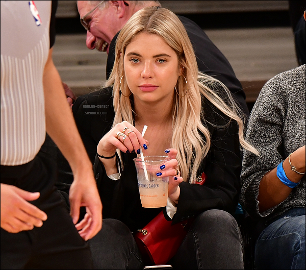 27/10/17 : Notre Liar s'est rendue au match opposant les Brooklyn Nets aux New York Knicks, à New York. Getty Images est le seul site à avoir dévoilé les photos d'où le tag présent dessus. Mais Ashley était vraiment très jolie ! Un top.[/font=Arial]
