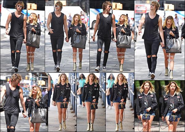 16/08/17 : Miss Benson et son coiffeur ont été repérés alors qu'ils se baladaient dans les rues de New York. C'est main dans la main que les deux ont été photographiés. Je ne sais pas s'ils sont en couple ou s'ils se jouent des paparazzis.[/font=Arial]